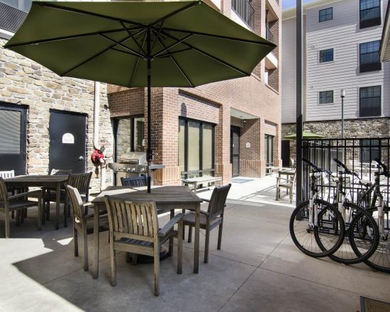 MainStay Suites Rogers: ARPatio