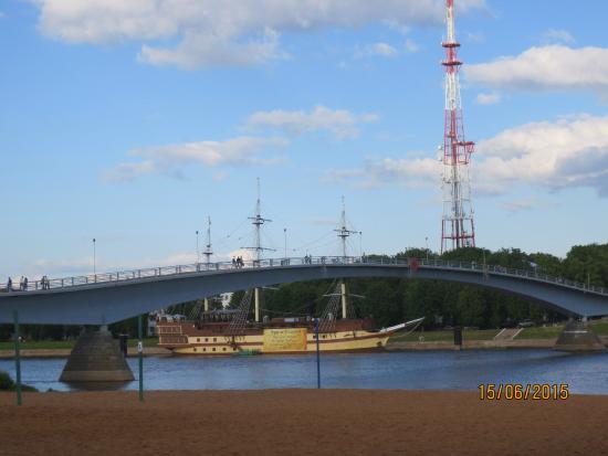 ‪Pedestrian Bridge Across River Volkhov‬