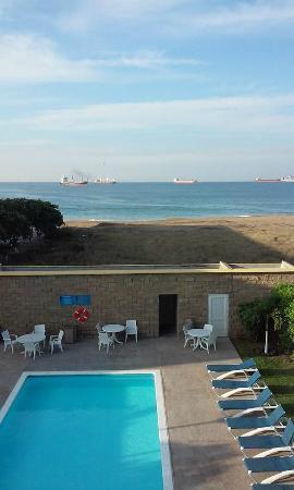 City Express Manzanillo: Vista a la alberca y al mar