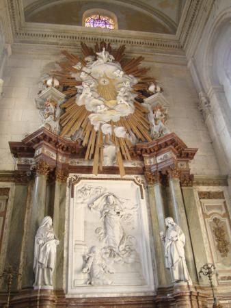Nôtre Dame de Boulogne : Religious wall decoration