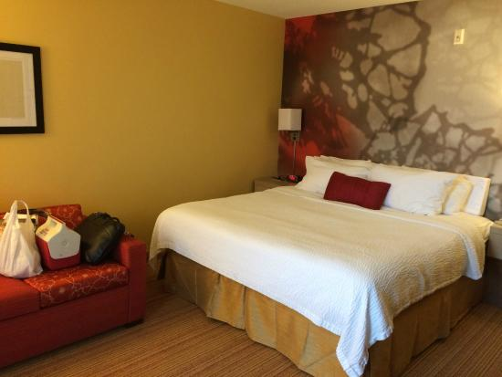 Courtyard by Marriott Lafayette Airport: King bed with pretty wall