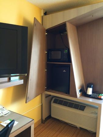Courtyard by Marriott Lafayette Airport: Small fridge and microwave