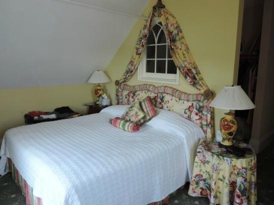 Bay View of Mackinac Bed & Breakfast: very comfy bed, sitting area, and separate bath and dressing