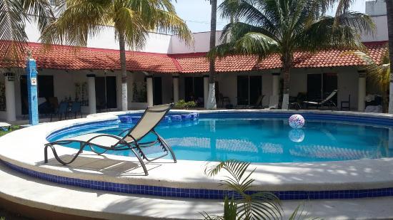 Hotel Plaza Almendros: Habitaciones alrededor de la piscina