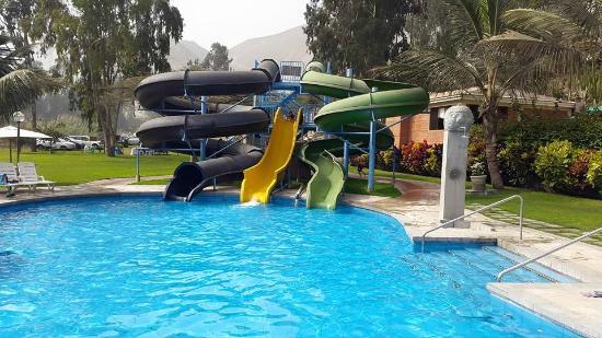 Foto de kankay lima los ni os felices con la piscina y for Piscinas con toboganes