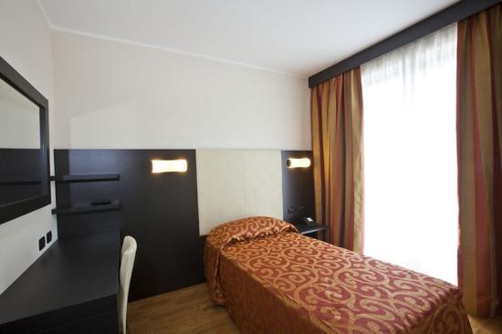 Raya Hotel Motel: SGL ROOM