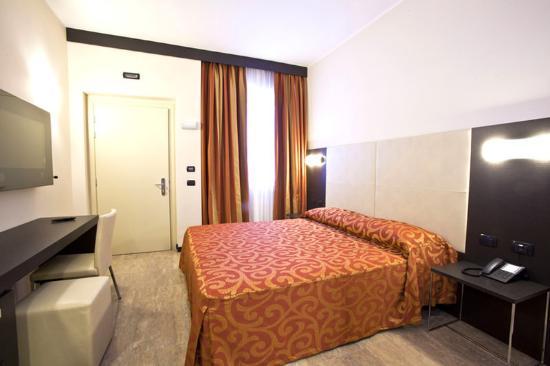 Raya Hotel Motel: Double Room