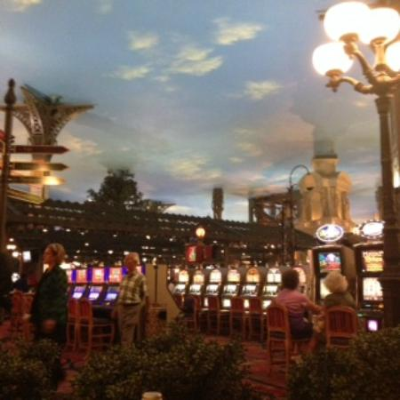 Le Cafe Ile St. Louis: The view from out table looking out at the gaming floor