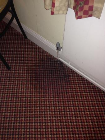 Churchills Hotel: Leaking radiator