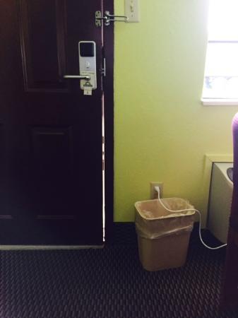 Days Inn Fulton: Gap in door while closed