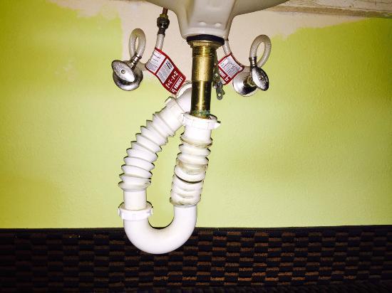 Days Inn Fulton: Plumbing under bathroom sink