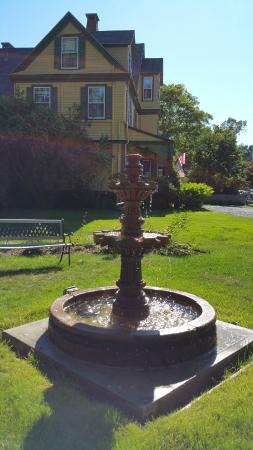 Manor House Inn: Nice fountain in front of main house