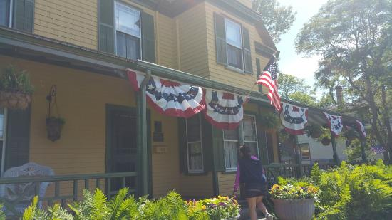 Manor House Inn: Main house ready for 4th of July