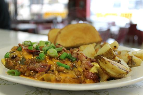 Roast 'N Toast Family Diner: Chili Cheese Omelette