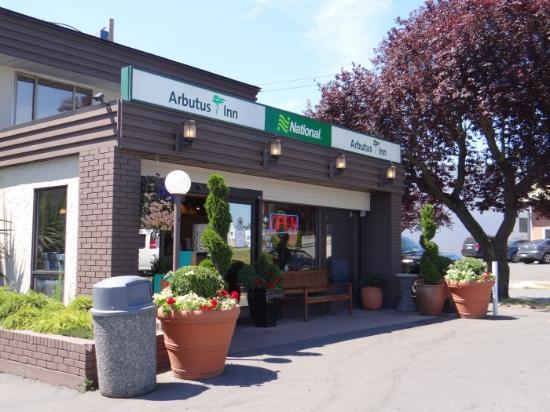 Arbutus Inn: Outside