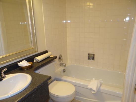 Arbutus Inn: Bathroom