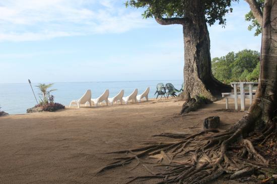 Tara Beach Bungalows: Beach Lounge