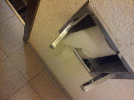 Motel 6 Concord - Kannapolis: Toilet tube missing