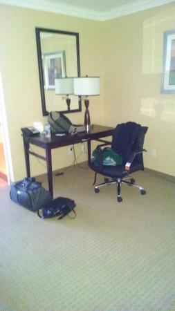 Holiday Inn San Mateo-San Francisco SFO: Desk and Chair Beautiful Room