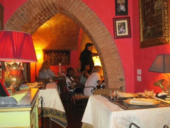 Ristorante Degli Archi: Owner singing to a table!