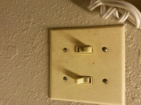 Super 8 St. Charles : dirty face plates on all lights