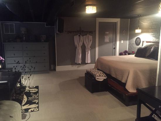 The One Bed and Breakfast: Bedroom (The Cellar)
