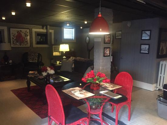 The One Bed and Breakfast: Dining/Living Room Area