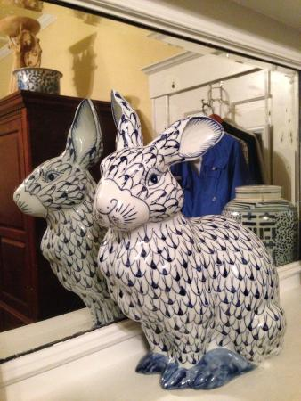 Wisteria Bed and Breakfast: Magnolia room mantel bunny