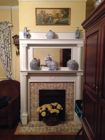 Wisteria Bed and Breakfast: Magnolia room refigured fireplace