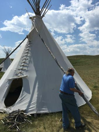 Lodgepole Gallery and Tipi Village: The owner, Darrell, teaching us how to operate the smoke flaps