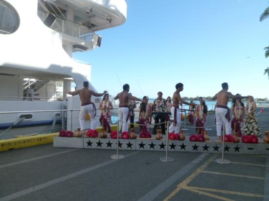 Star of Honolulu - Dinner and Whale Watch Cruises: フラダンスの歓迎で乗船