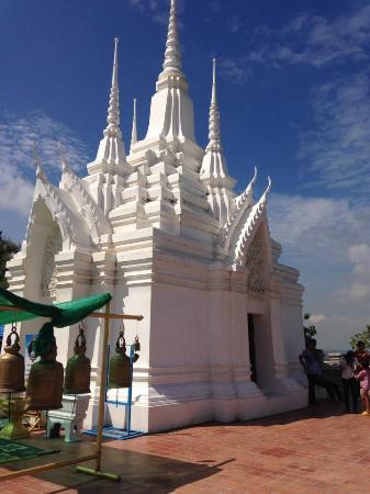 Saraburi, Thaimaa: เจดีย์บรรจุพระบรมสารีริกธาติ ตั้งอยู่บนยอดเขา