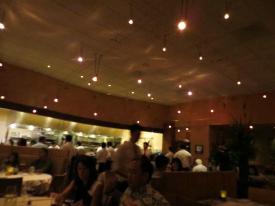 Alan Wong's Restaurant: Alan Wong's bustling dining room