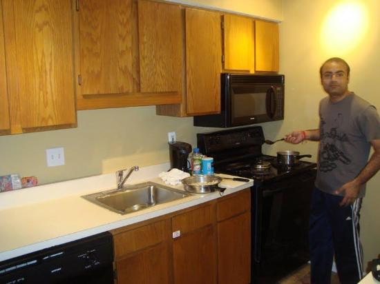 Cloverleaf Suites Kansas City: kitchen in our room