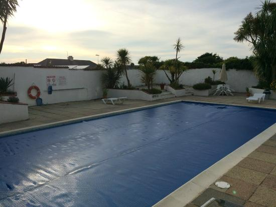 Pinelodge: Pool area in the evening (pool cover is on)