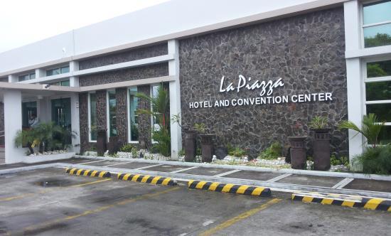 La Piazza Hotel & Convention Center: Hotelfront