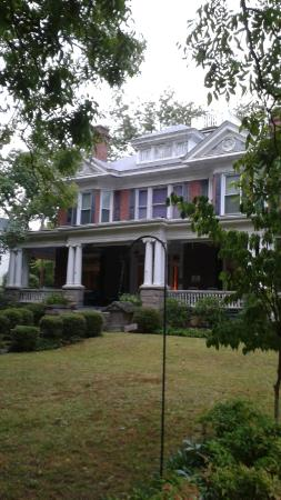 Songbird Manor Bed and Breakfast: Grand exterior