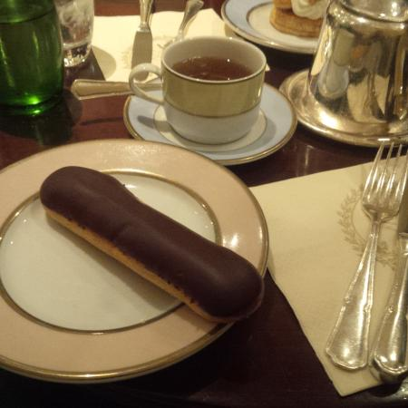 eclair au chocolat picture of laduree le bar paris tripadvisor. Black Bedroom Furniture Sets. Home Design Ideas