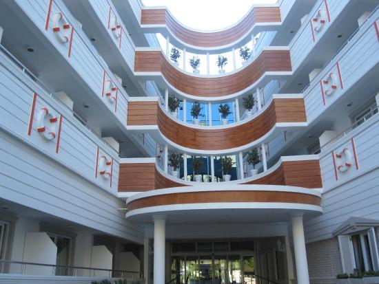 Catamaran Resort Hotel: вид отеля со входа, с подъезда
