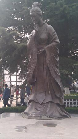Baoji, จีน: Statue of Mother of 1st Zhou emperor