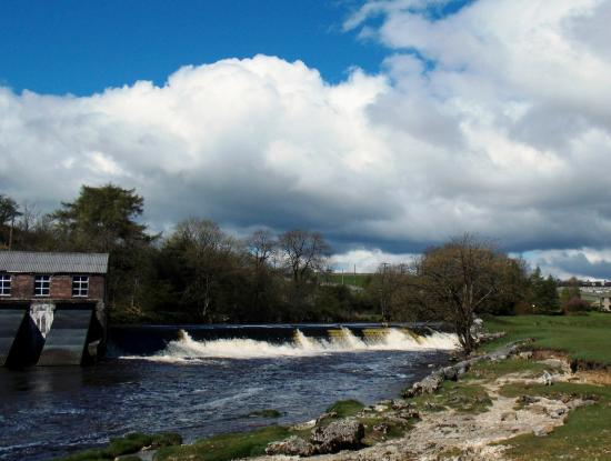 Grassington, UK: Seen from Linton Falls - the Dales National Park hydroelectric plant at the upper falls/weir.