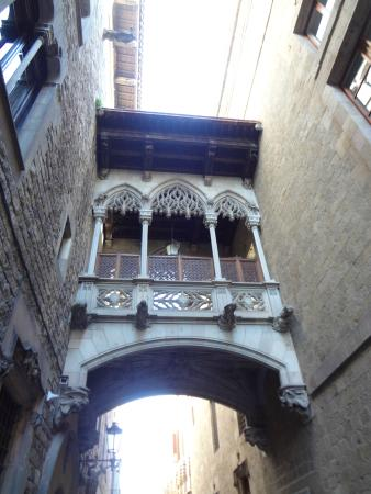 Barcelona Walking Tours Gotic: Portal del Bisbe, no Bairro Gótico!!!