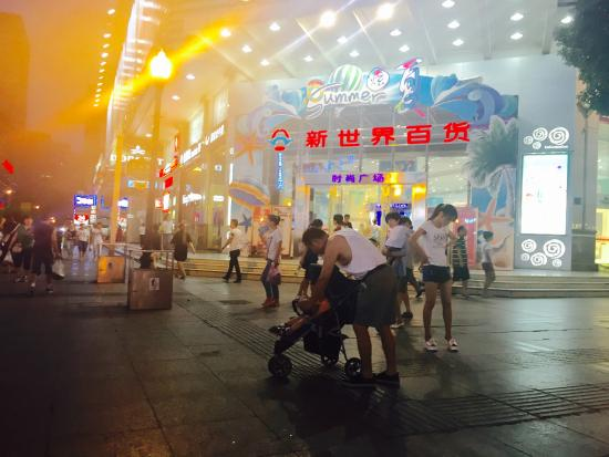 Walking Street of Jianghan Road: Walking street, hot and humid
