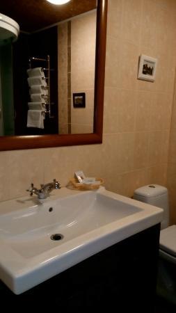Geneva Hotel: Удобная ванная комната
