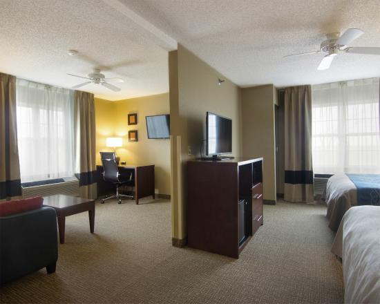 Comfort Inn & Suites. Grafton-Milwaukee: Suite Area of Double Queen Handicap Suite