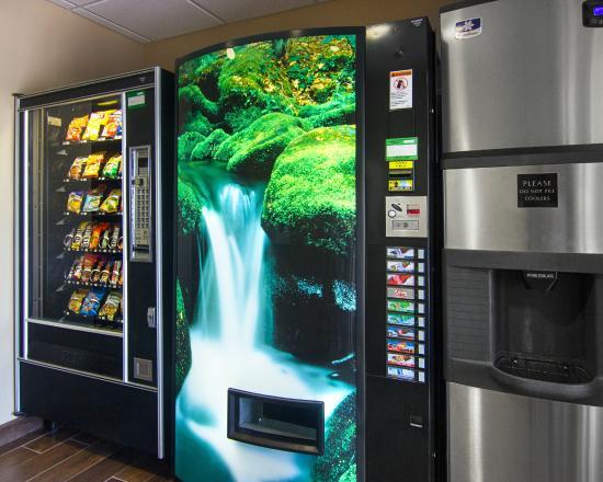 Comfort Inn & Suites. Grafton-Milwaukee: Ice & Vending Area