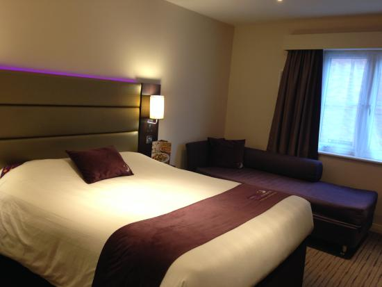 Double bed and a sofa bed picture of premier inn london for Sofa bed hotel