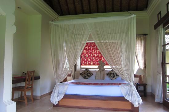 Ubud Lestari Bungalows: Room MELATI カップルに人気の天蓋付ベット 窓からの眺めはライスフィールド