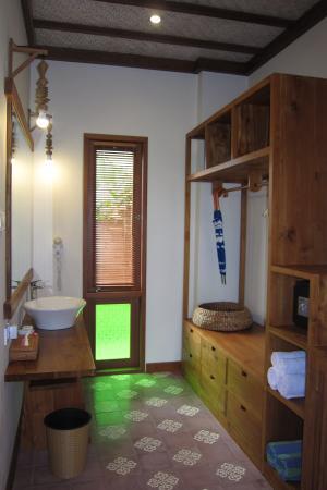 Ubud Lestari Bungalows: luggage and wash room(Room TUNJUNG)