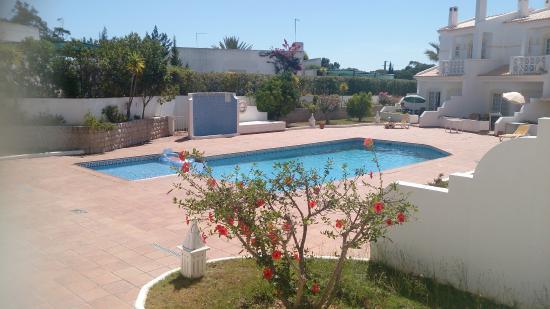 Quinta da Balaia: Vista de la piscina desde el hall del apartamento.